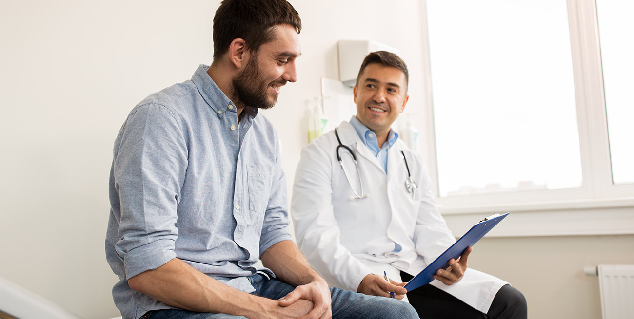 Médico avalia paciente homem em consultório